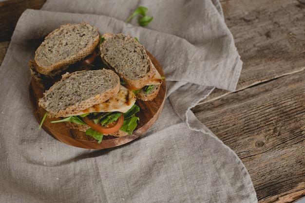 テーブルの上のサンドイッチ