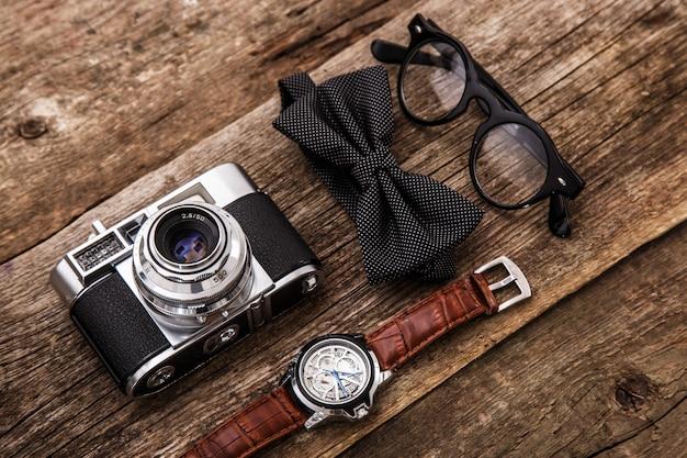 レトロなカメラ、時計、ボウタイ、メガネ