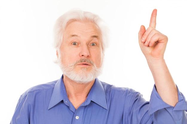 Красивый пожилой мужчина имеет идею