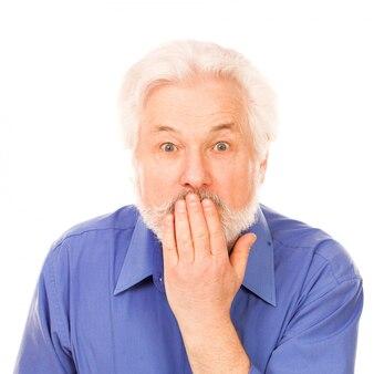 Красивый пожилой мужчина удивлен
