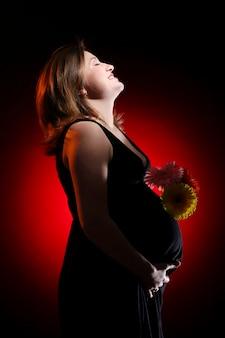美しい幸せな妊娠中の若い女性
