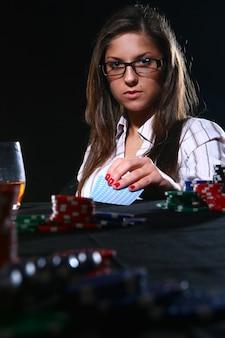 Красивая женщина играет в покер