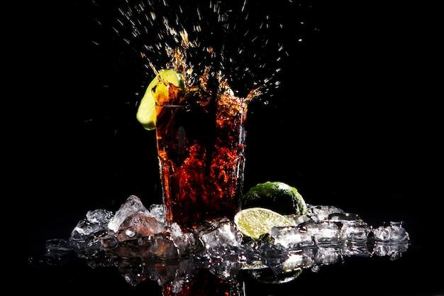グリーンライムと新鮮なコーラの飲み物