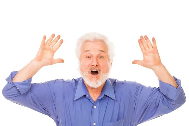 怒っているひげを持つ老人