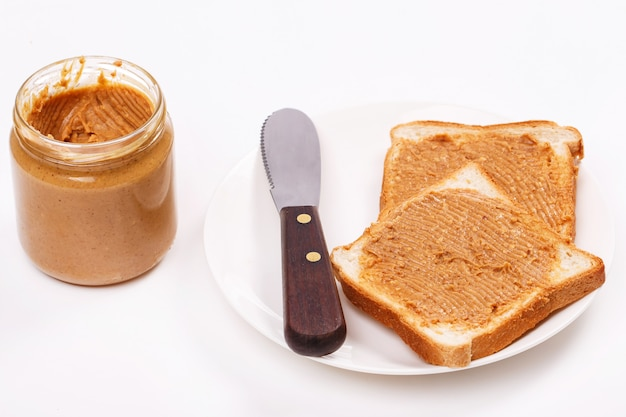 Вкусное арахисовое масло на столе