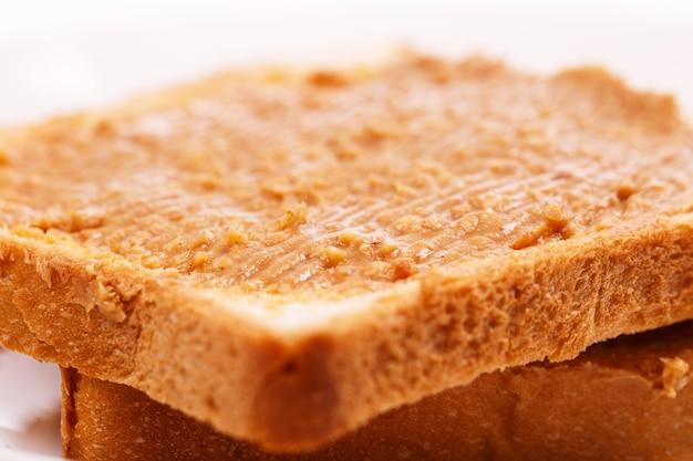テーブルの上のおいしいピーナッツバター