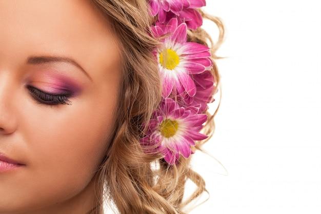花を持つ美しい若い白人女性