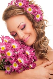 Красивая молодая кавказская женщина с цветками