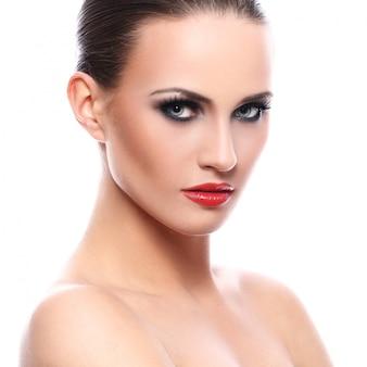 赤い口紅を持つ美しい女性