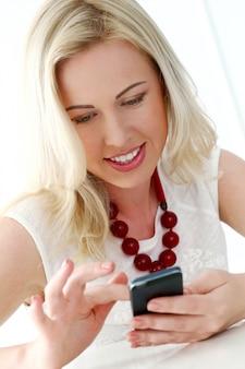 Милая блондинка с широкой улыбкой