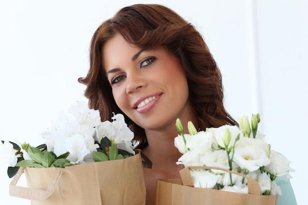 Привлекательная женщина цветков