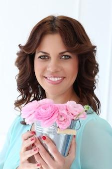 花を持つ魅力的な女性