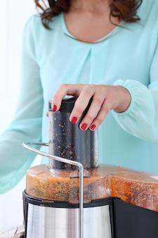 にんじんジュースを作る美しい少女