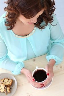 カフェで美しい少女
