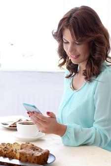 Красивая девушка в кафе