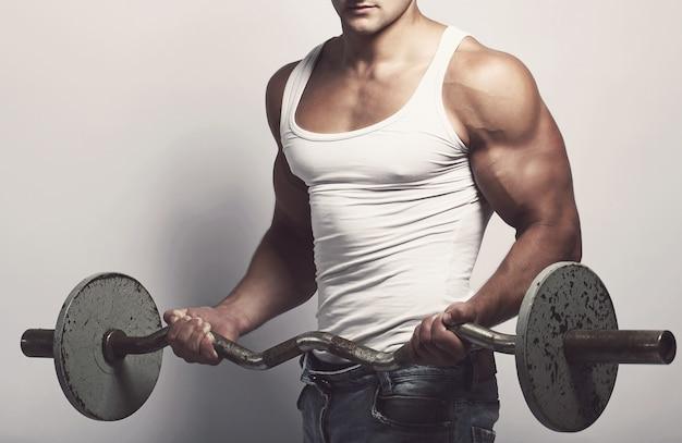 Фитнес. человек со штангой