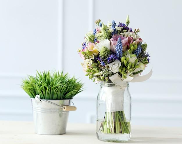 テーブルの上の花束