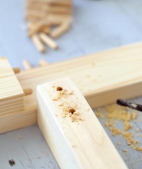 掘削されている木製の棒