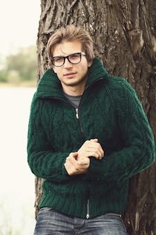 セーターでハンサムな男