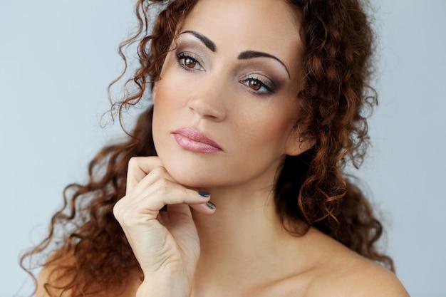 美しい顔を持つ豪華な女性