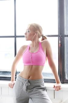 Красивая блондинка с розовым топом