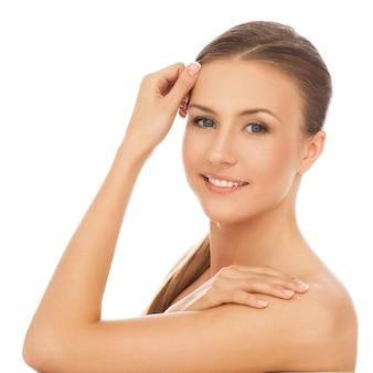 Молодая счастливая кавказская женщина голая