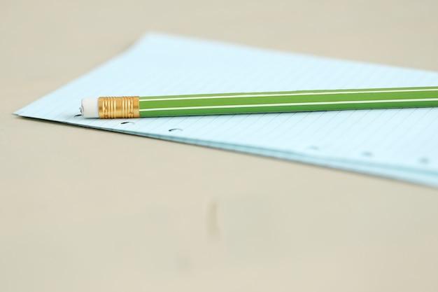 ワークスペース。メモ帳と鉛筆