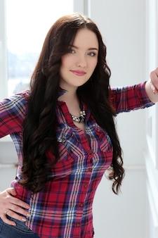 ライフスタイル。自宅で魅力的な女の子
