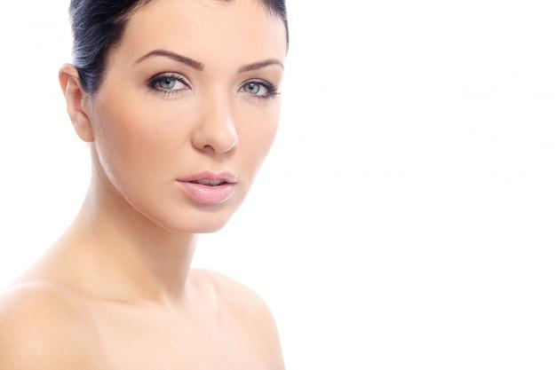 真剣な表情と完璧な肌を持つ美しい少女