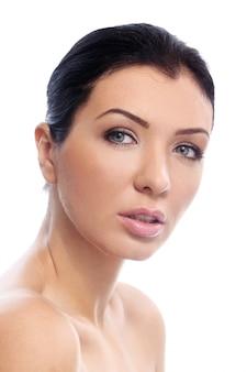 Красивая девушка с серьезным взглядом и идеальной кожей