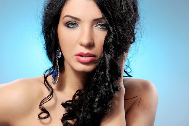 Великолепная женщина с красивым лицом и макияжем