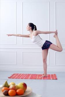 ライフスタイル。ヨガの練習中に美しい少女