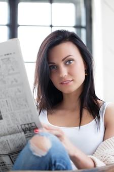 Милая девушка читает новости