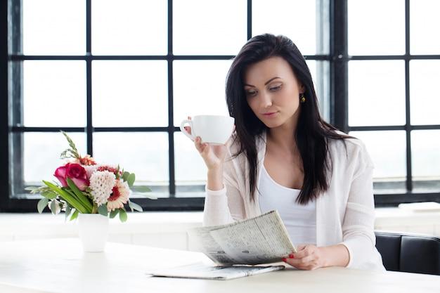 コーヒーを飲みながらかわいい女の子