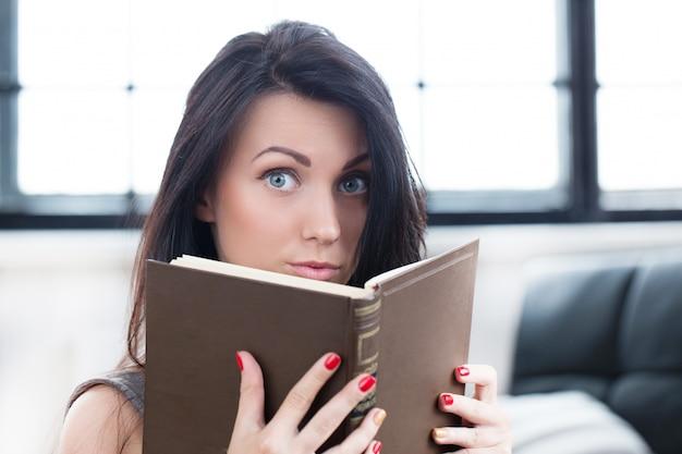 Милая девушка читает книгу