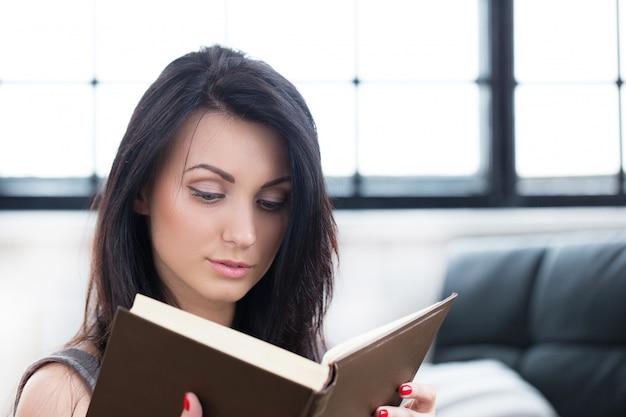 本を読んでかわいい女の子