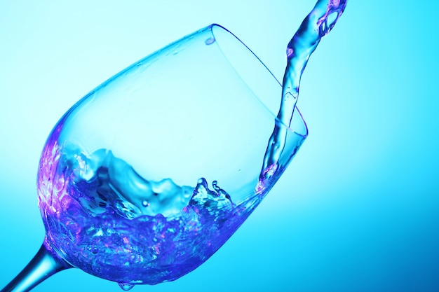 Жидкость льется в стакан