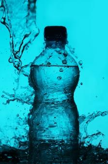 水の飛散とボトルのシルエット