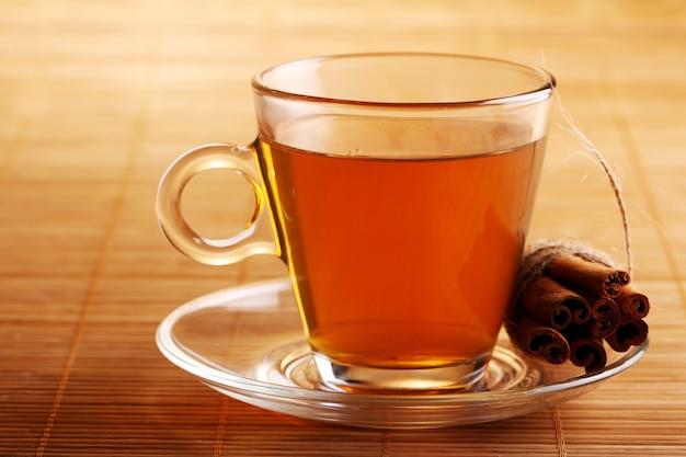 Чашка горячего чая и палочки корицы
