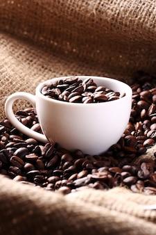 コーヒー豆でいっぱいのカップ