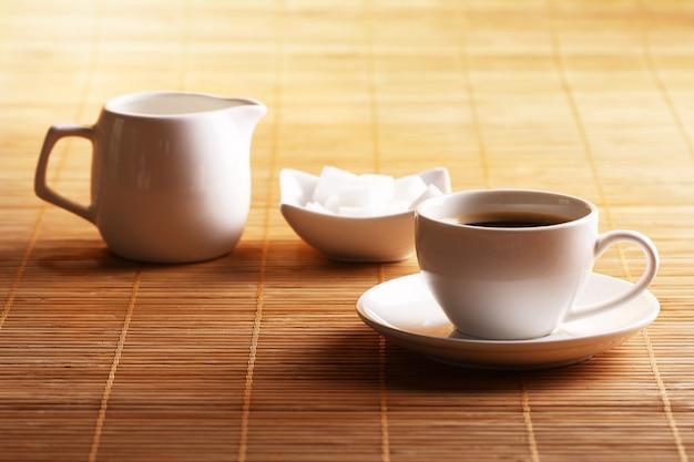 一杯のコーヒーと砂糖とクリーム