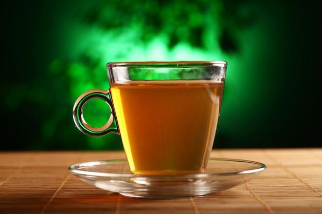 テーブルの上の緑茶のカップ