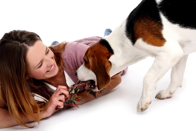 犬と美しい若い女性