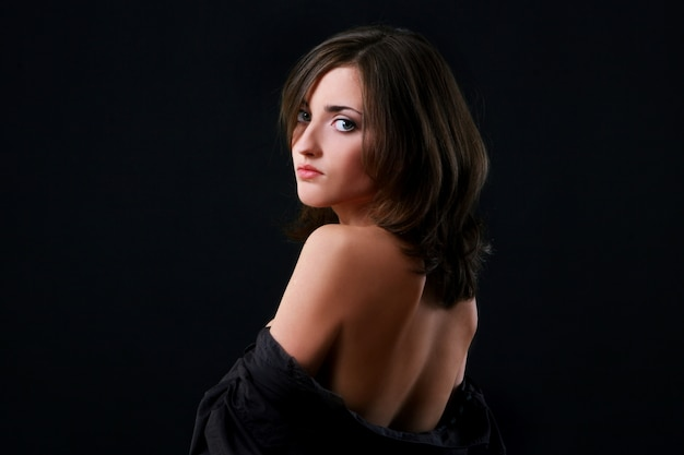 Молодая и красивая женщина на черном