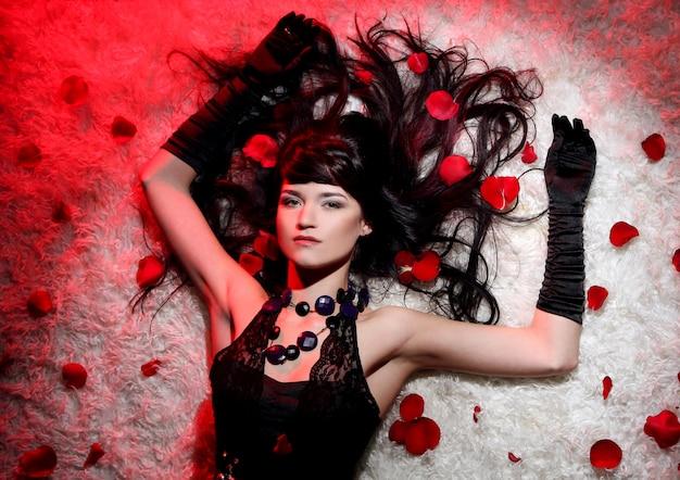 赤いバラと美しく、ロマンチックな女性
