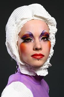 Красивая женщина в образе моды