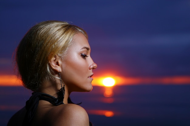 日没のセクシーで豪華な女性