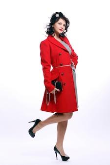 Красивая молодая женщина в красном пальто