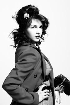 Красивая молодая женщина в ретро пальто