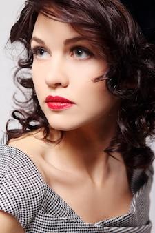 Портретная молодая красивая женщина